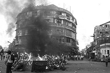 "Fire rages on at Century Bazaar, Worli. (Photo courtesy: <a href=""http://www.themetrognome.in/bombay-bas/the-1992-riots-a-memoir"">metrognome.com</a>)"