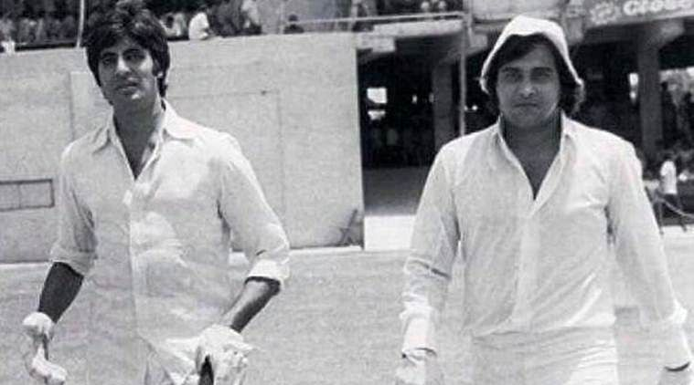 "Amitabh Bachchan and Vinod Khanna walk out to the cricket pitch at a charity match. (Photo courtesy: <a href=""https://twitter.com/buneesha/status/857555001039769601"">Twitter/@<b>buneesha</b></a>)"