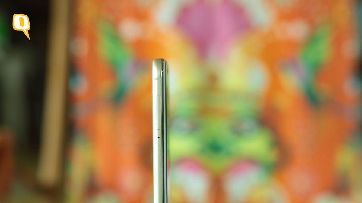 The Vivo V5s packs 720p HD display. (Photo: Shiv Kumar Maurya/<b>The Quint</b>)