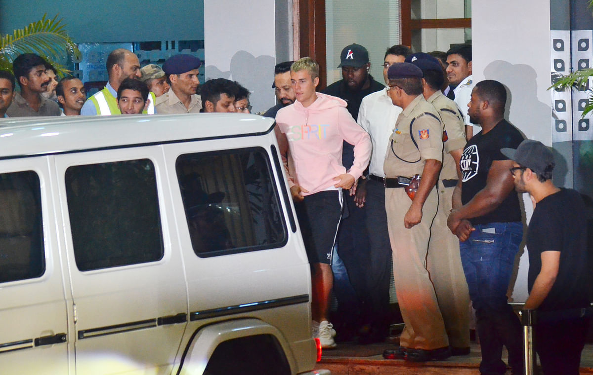 Bieber rushed out of the airport exit to a waiting car. (Photo: Yogen Shah)