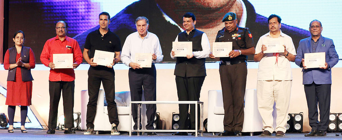 Akshay Kumar, Ratan Tata and Devendra Fadnavis with other dignitaries. (Photo: Yogen Shah)