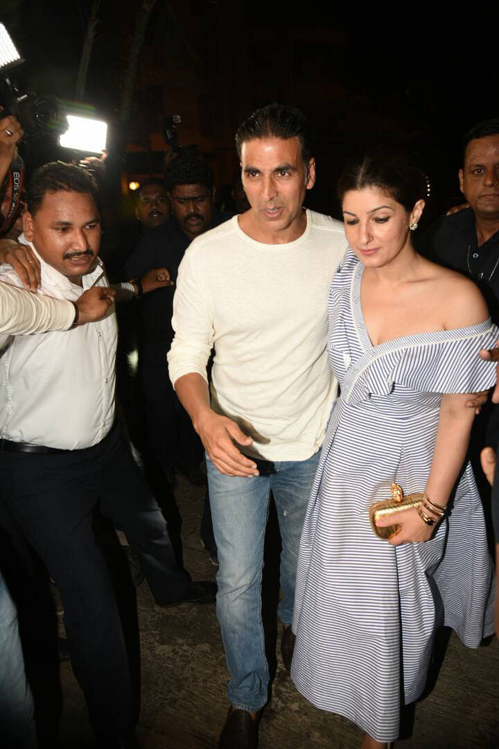 Twinkle Khanna looks super sexy as she walks in with Akshay Kumar. (Photo: Yogen Shah)