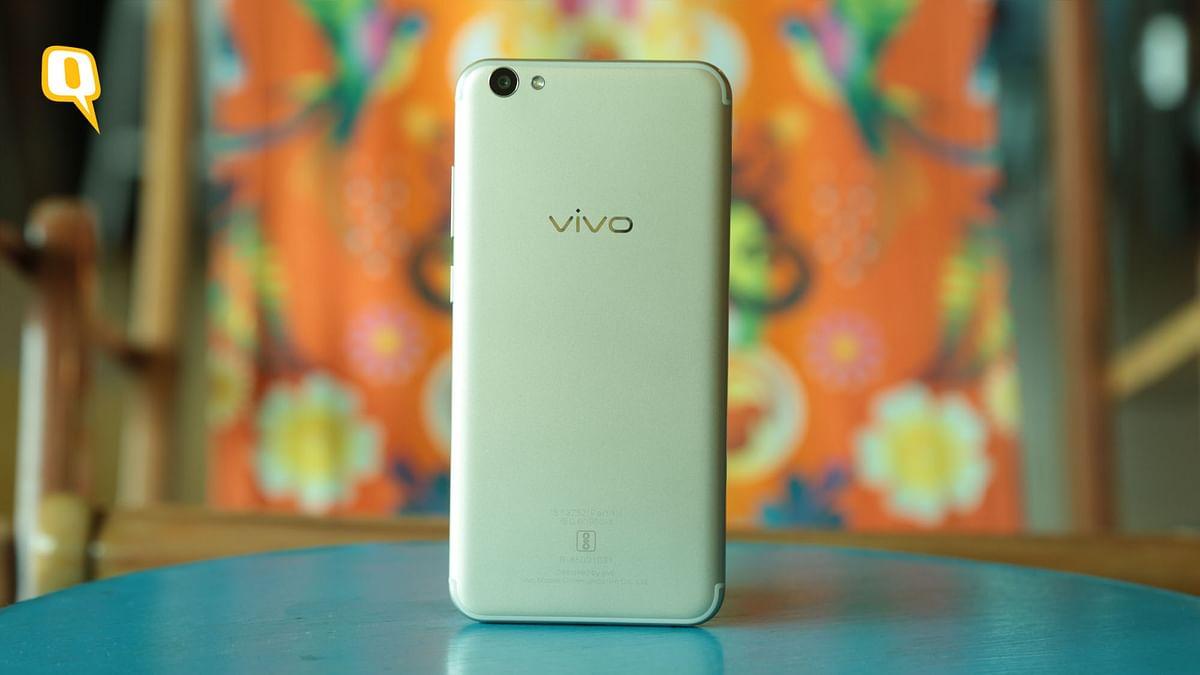 The Vivo V5s boasts a MediaTek MT6750 processor, paired with 4 GB of RAM.  (Photo: Shiv Kumar Maurya/<b>The Quint</b>)