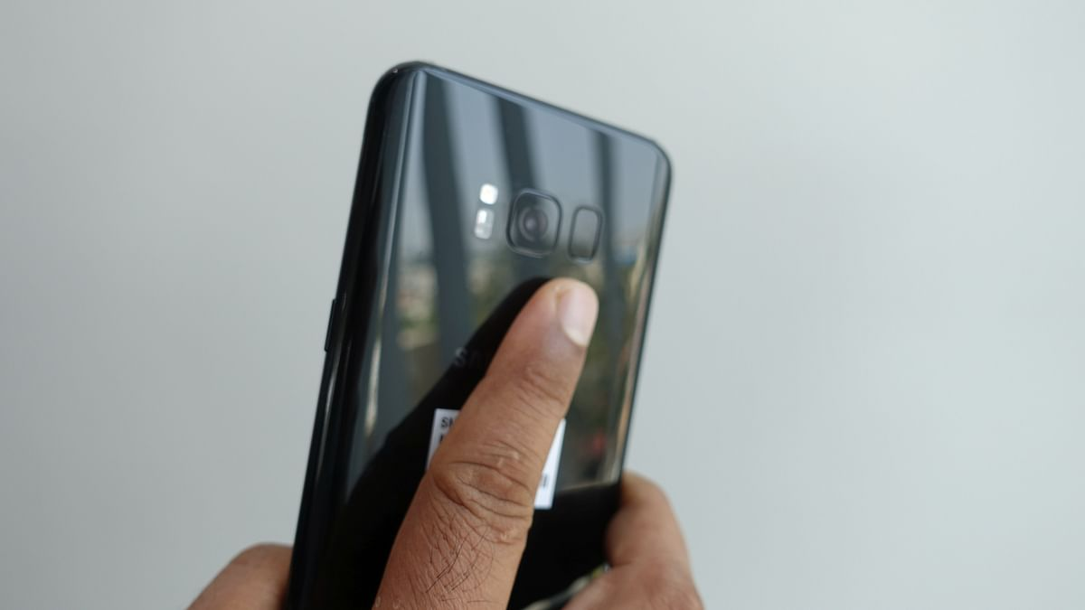 """Reaching for the fingerprint scanner on the Galaxy S8 Plus is a challenge. (Photo: <b>The Quint</b>/<a href=""""https://twitter.com/2shar"""">@2shar</a>)"""