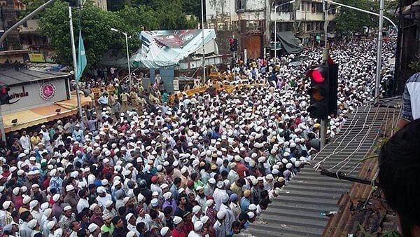 "Thousands attend Yakub Memon's funeral in Mumbai. (Photo Courtesy: <a href=""https://twitter.com/pliersnwires/status/855760829232300032/photo/1"">Twitter/Innov8</a>)"
