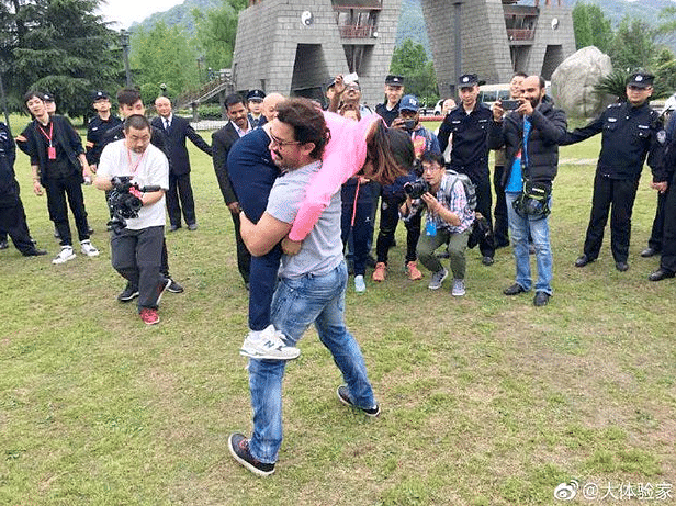 Aamir wrestles with a woman to promote <i>Dangal </i>in China. (Photo courtesy: Twitter)