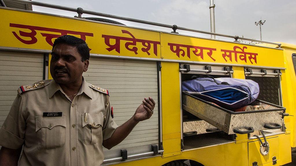"Fire Officer Kuldeep Kumar explains the various functions of the ""disaster van"". (Photo: Abhilash Mallick/<b>The Quint</b>)"