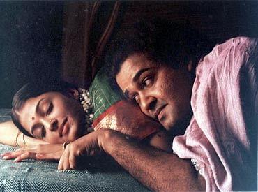 Mohanlal and Aishwarya Rai in a still from <i>Iruvar</i>.&nbsp;