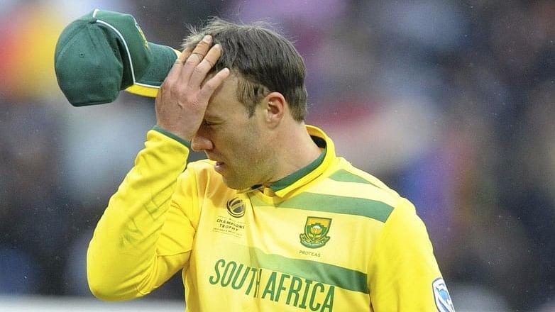 South Africa's captain AB de Villiers returns to the pavilion as rain stops play during the Champions Trophy match against Pakistan. (Photo: AP)