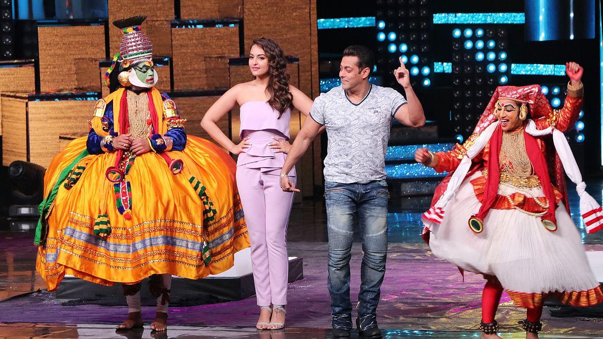 Salman Khan, Sonakshi Sinha along with traditional dancers in <i>Nach Baliye. </i>(Photo: Yogen Shah)