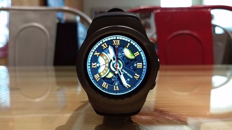 The Noise Loop smartwatch offers multiple watch faces. (Photo:<b> The Quint</b>)