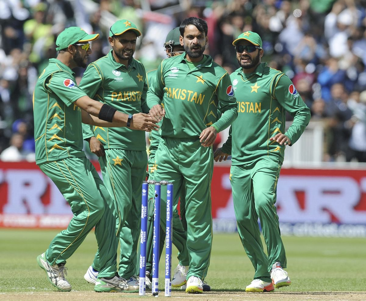 Pakistan's Mohammad Hafeez, centre, celebrates after trapping South Africa's Quinton De Kock LBW. (Photo: AP)