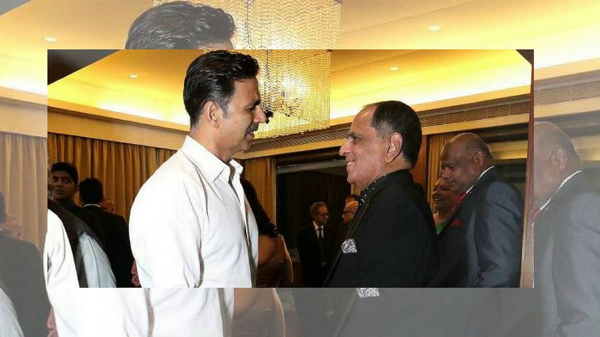 "Akshay Kumar with Pahlaj Nihalani. (Photo courtesy: <a href=""https://twitter.com/NihalaniPahlaj/status/872790119127764992"">Twitter/ PahlajNihalani</a>)"