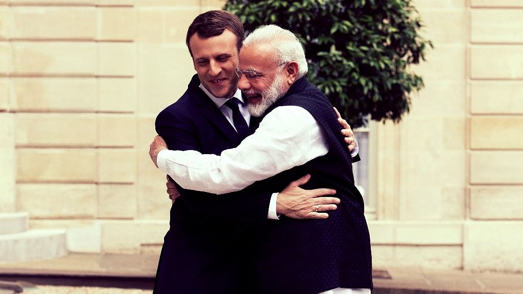 French President Emmanuel Macron (L) welcomes Indian Prime Minister Narendra Modi, before their meeting at the Elysee Palace in Paris, France on 3 June 2017. (Photo: AP)