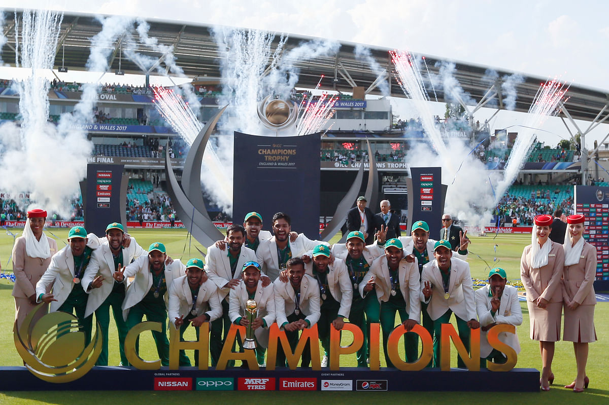 Team Pakistan with the trophy (Photo: AP)