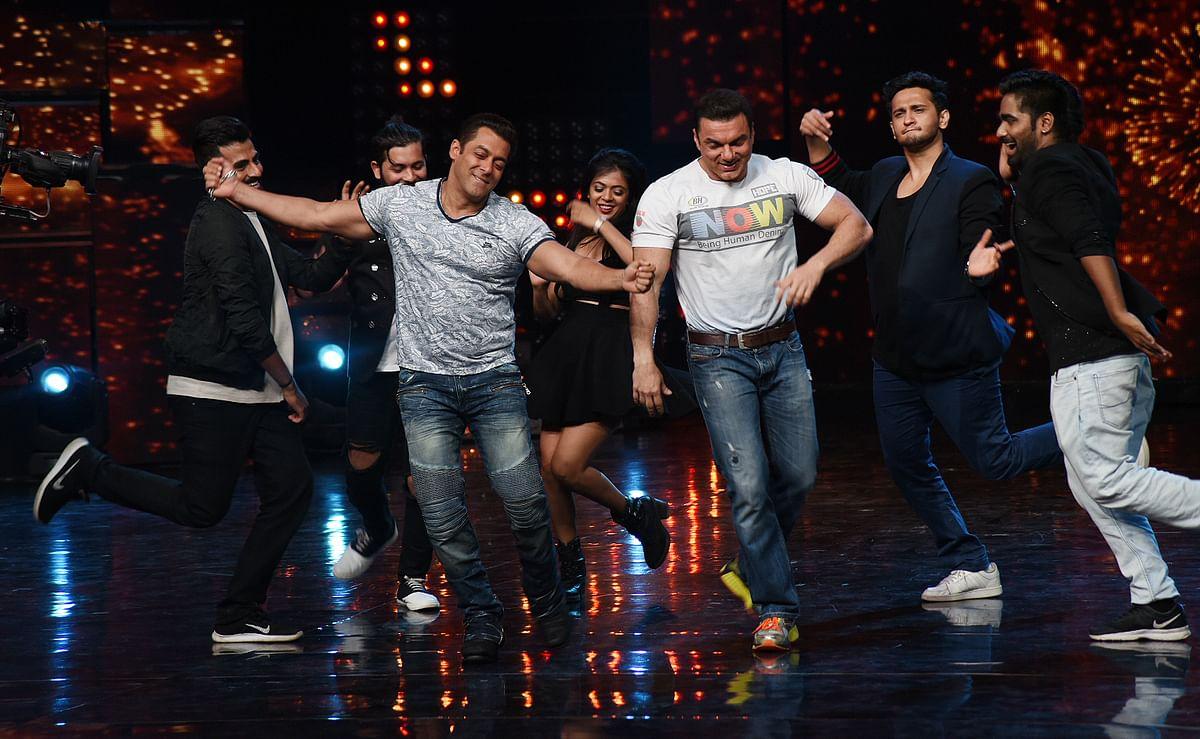 Salman gets into the mood for <i>Nach Baliye </i>with Sohail Khan. (Photo: Yogen Shah)