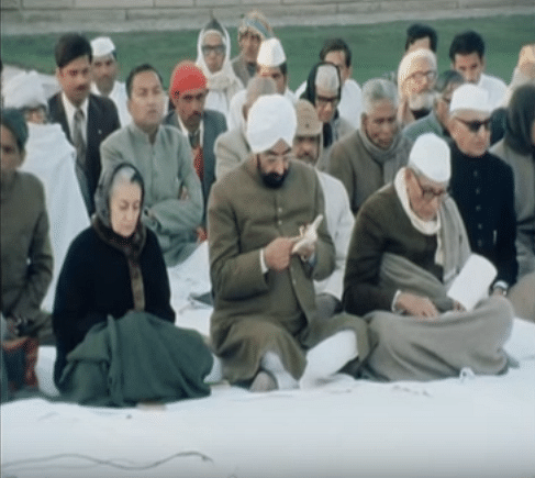 Indira Gandhi along with other members of the Congress at Raj Ghat. (Photo Courtesy: YouTube Screengrab/ AP)