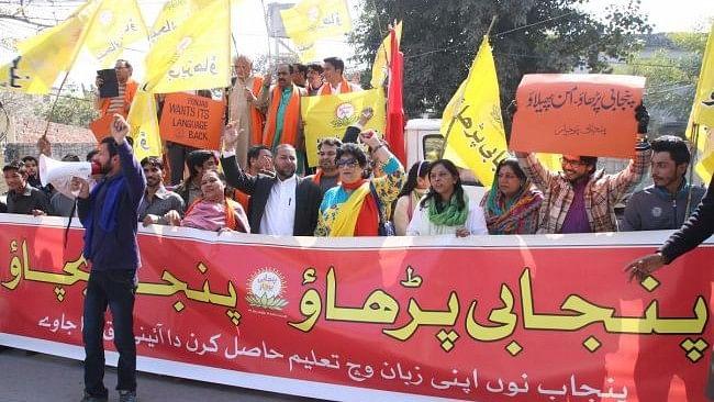Volunteers of 'Punjabi Prachar' demanding a fair deal for Punjabi in Pakistan. (Photo: Vivek Shukla/ <b>The Quint</b>)