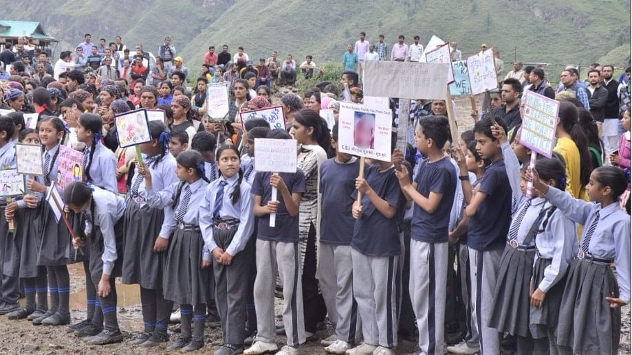 School children also protested the gangrape and murder of the 16-year-old from Kotkhai.