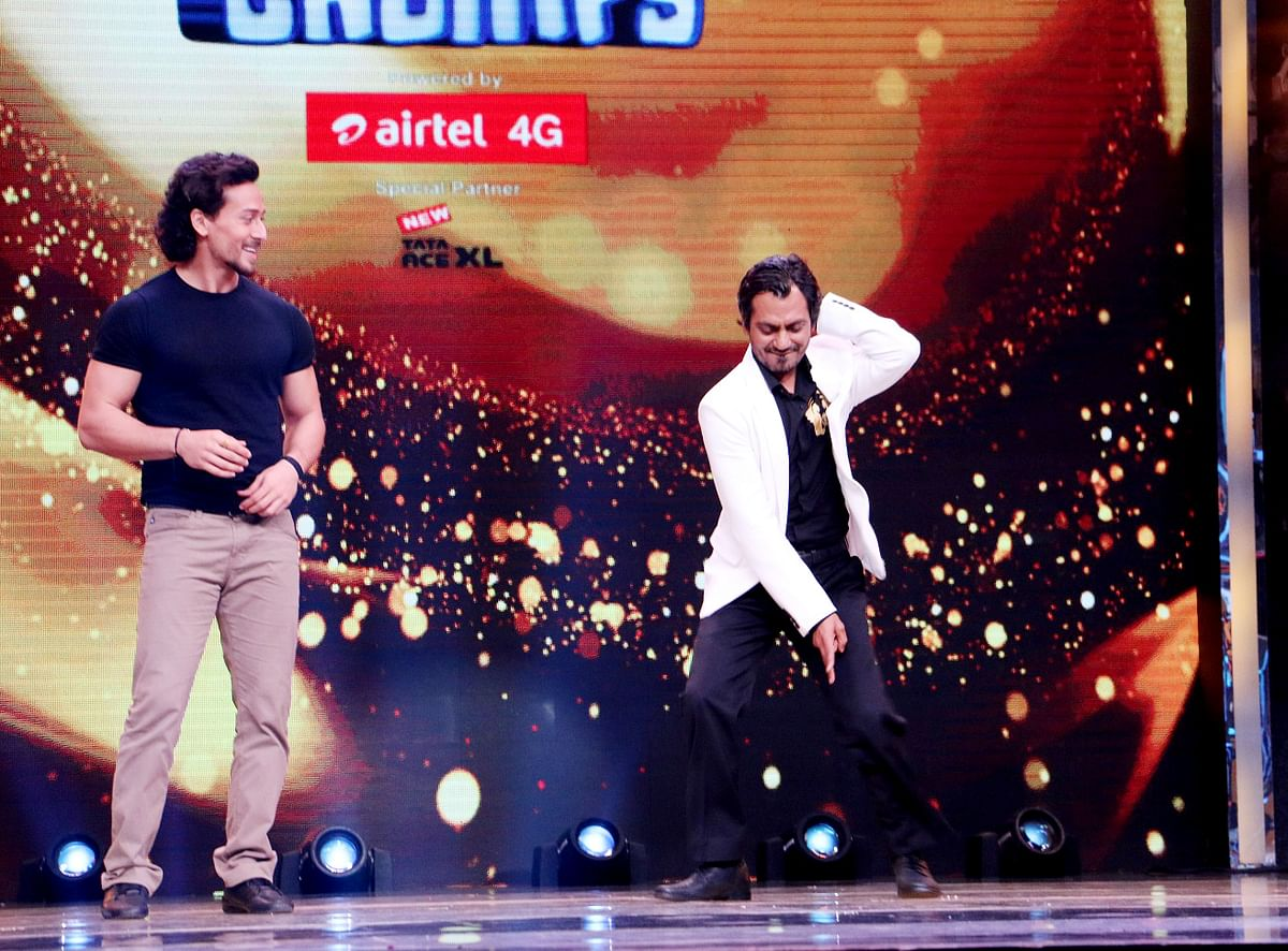 Nawazuddin dances in a reality show while Tiger looks on.