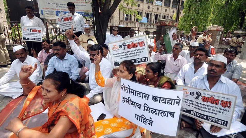 Maharashtra famer leaders protest.