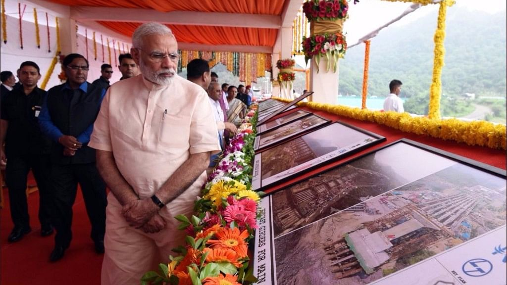 PM Modi unveiled the plaque dedicating the Sardar Sarovar Dam project to the nation amidst chanting of vedic hymns by students.