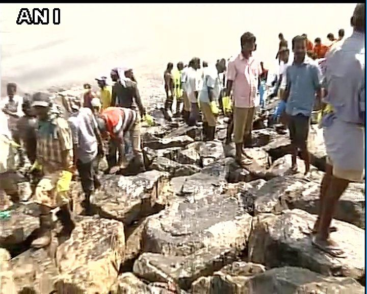 Hundreds of people gathered on the Chennai coast to help clear the oil spill that was caused by the collision of two ships near the docks.