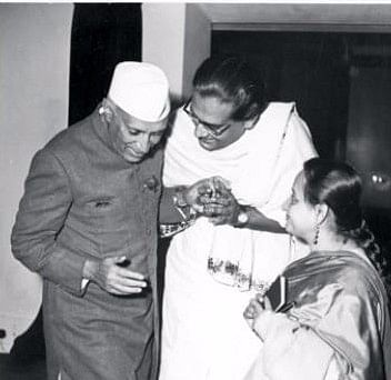 Hemant Kumar with his wife Bela and Pt Jawaharlal Nehru.