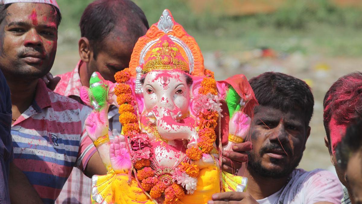 Devotees heading for Ganesh Visarjan on the Kalindi ghat. (Photo: The Quint/Ajay Rana)