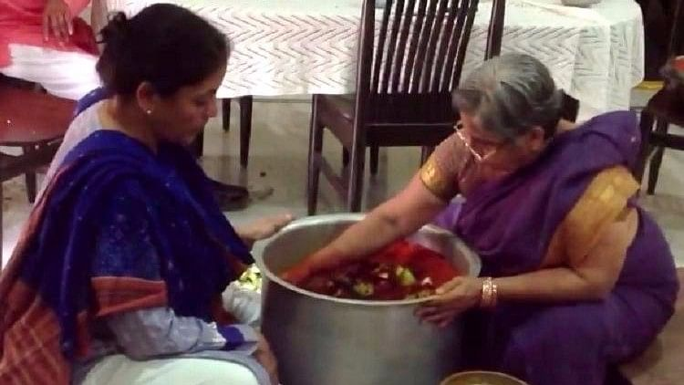 An old picture of Nirmala Sitharaman making avakaaya pickle or mango pickle has surfaced on the internet.