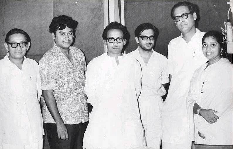 (From left) Pulak Bandyopadhyay, Kishore Kumar, Tarun Majumdar, Gulzar, Hemant Kumar and Asha Bhosle at a recording session.