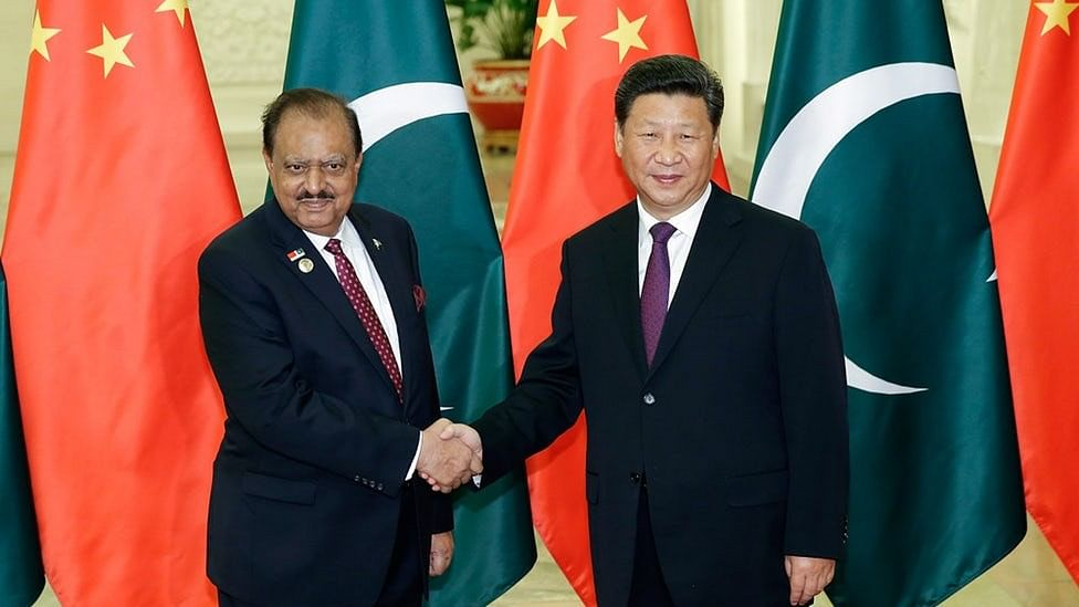 Chinese President Xi Jinping shakes hands with Pakistan President Mamnoon Hussain.