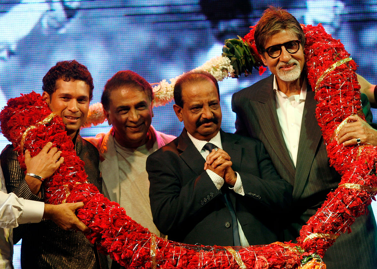 Gundappa Viswanath being felicitation at a ceremony in Mumbai in 2009 by Bollywood actor Amitabh Bachchan, Sachin Tendulkar and Sunil Gavaskar.