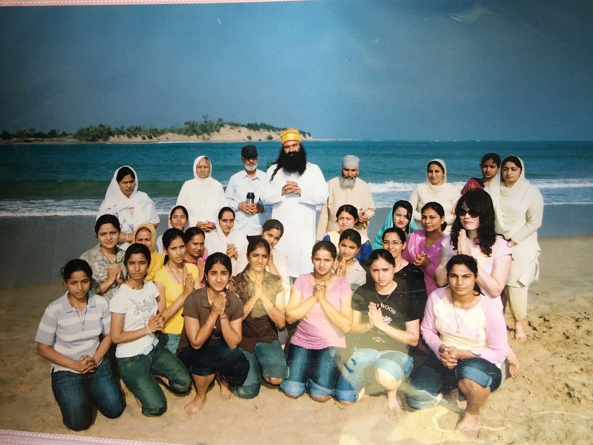 Gurmeet Ram Rahim with his 'sadhvis' in white salwar kameez