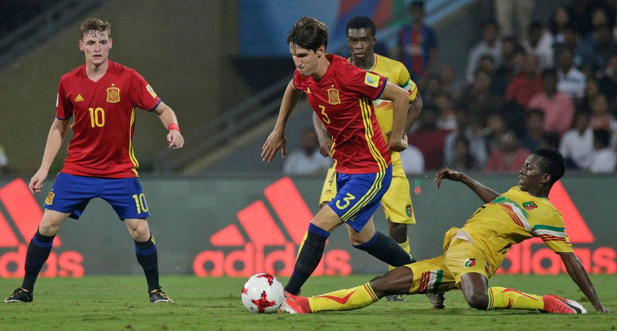 Spain's Juan Miranda controls the ball past players from Mali.