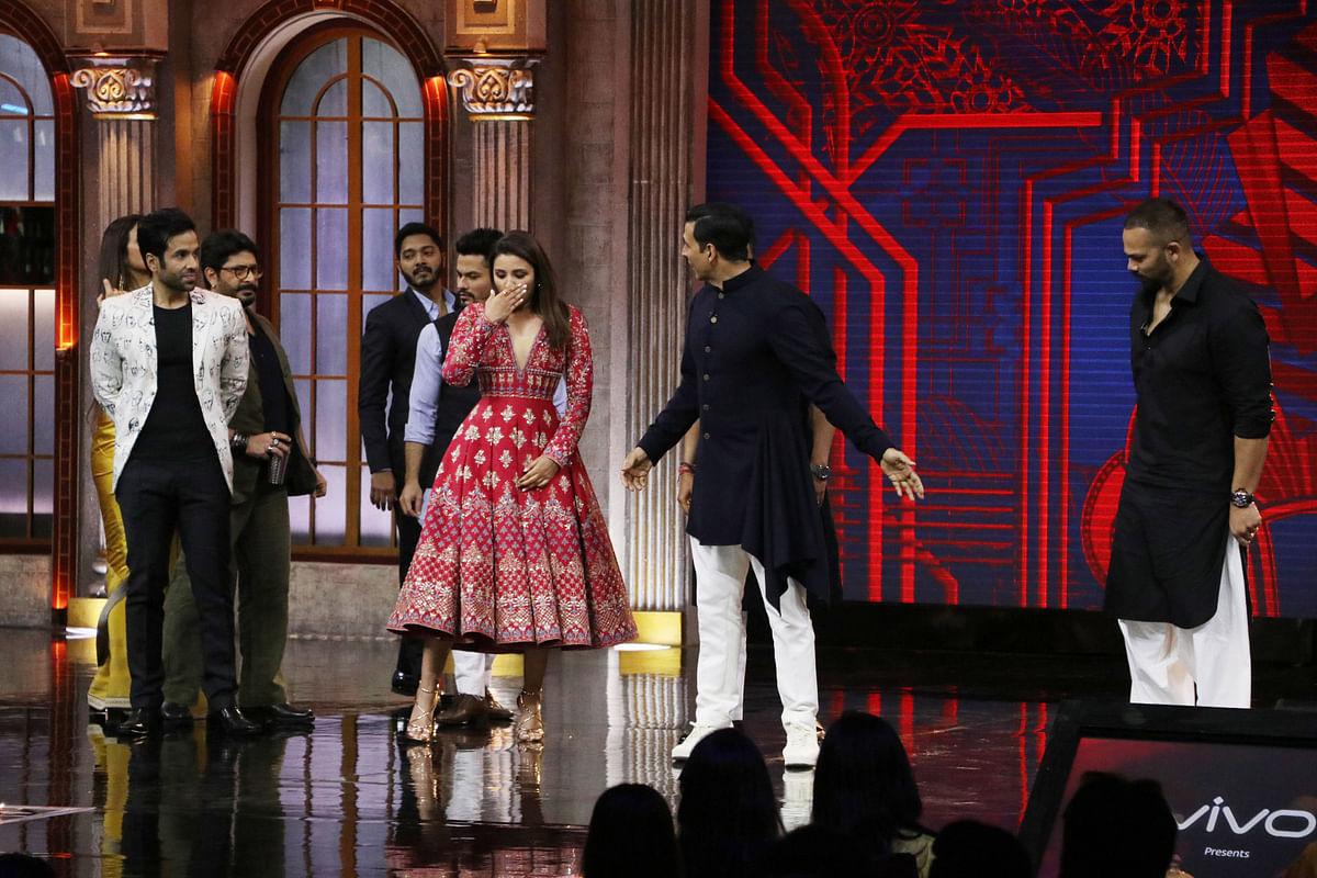 Akshay asks Parineeti Chopra to join him on the dance floor.