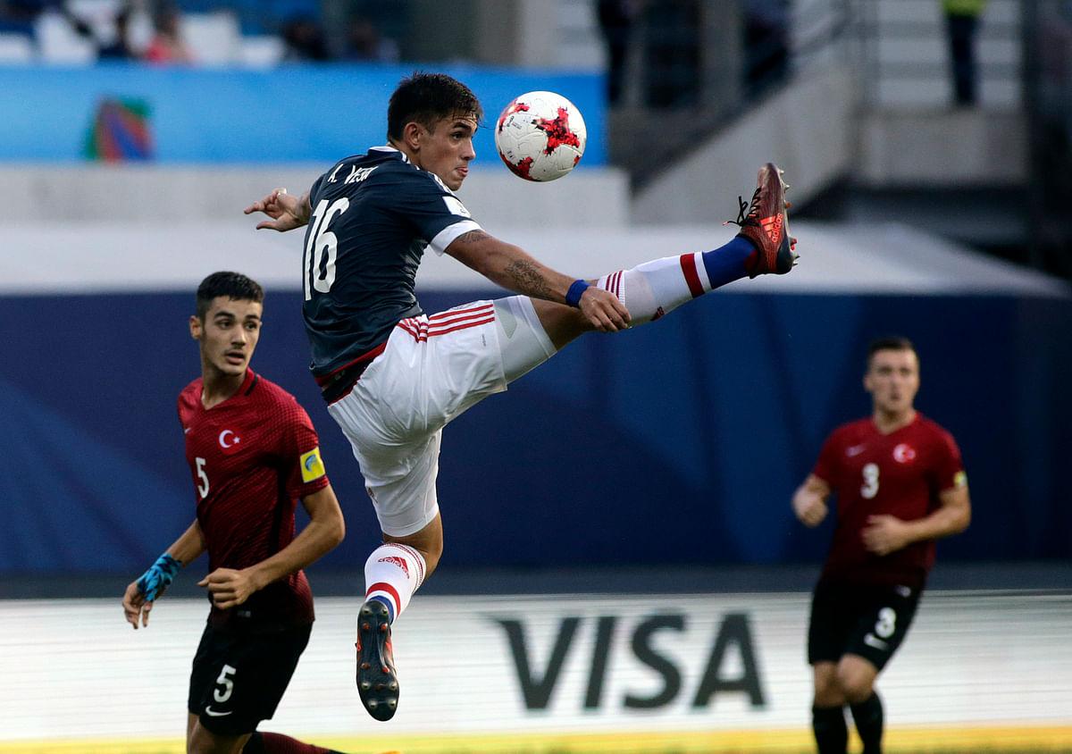 Turkey's Sezer Taskolu tries to control the ball.