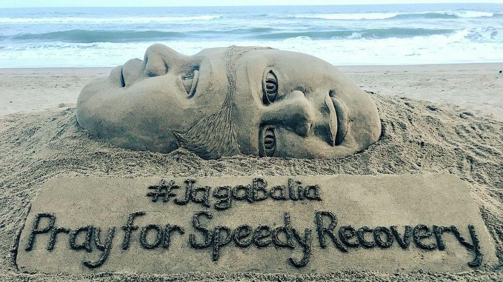 Renowned sand artist Sudarsan Pattnaik dedicated a sculpture to craniopagus twins Jaga and Balia.