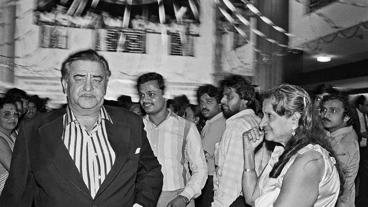 Raj Kapoor with a fan, <i>Janbaaz</i> premiere, Metro Cinema, Bombay 1986.