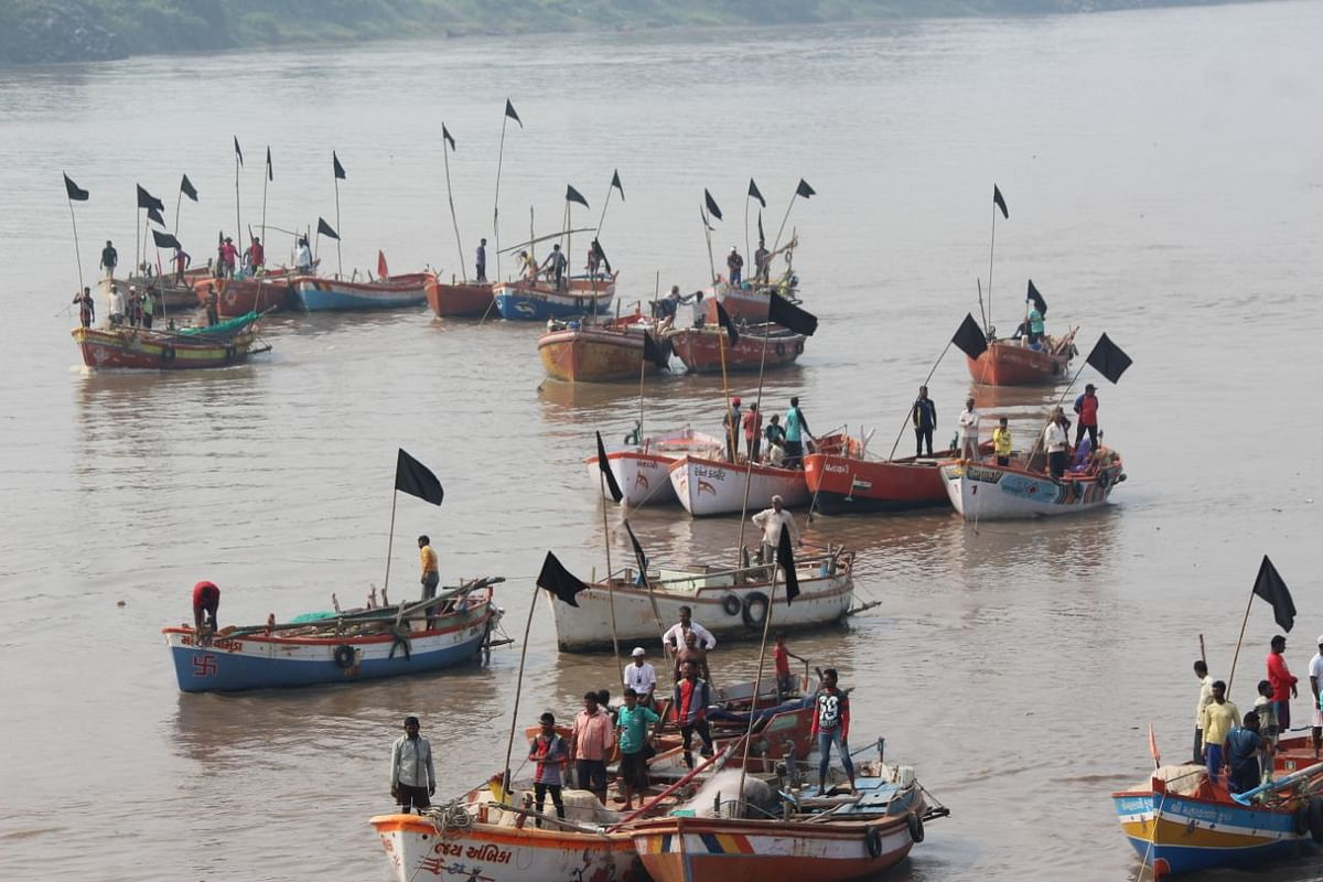 Fishermen protesting against the inauguration of the Bhadbhut barrage project by showing black flags in Bharuch district, 8 October, 2017.