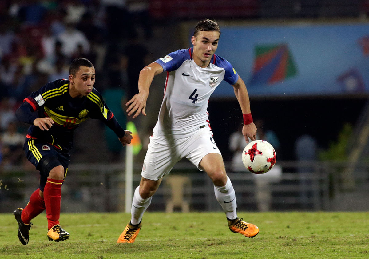 USA's James Sands duels for the ball against Colombia's Brayan Gomez.