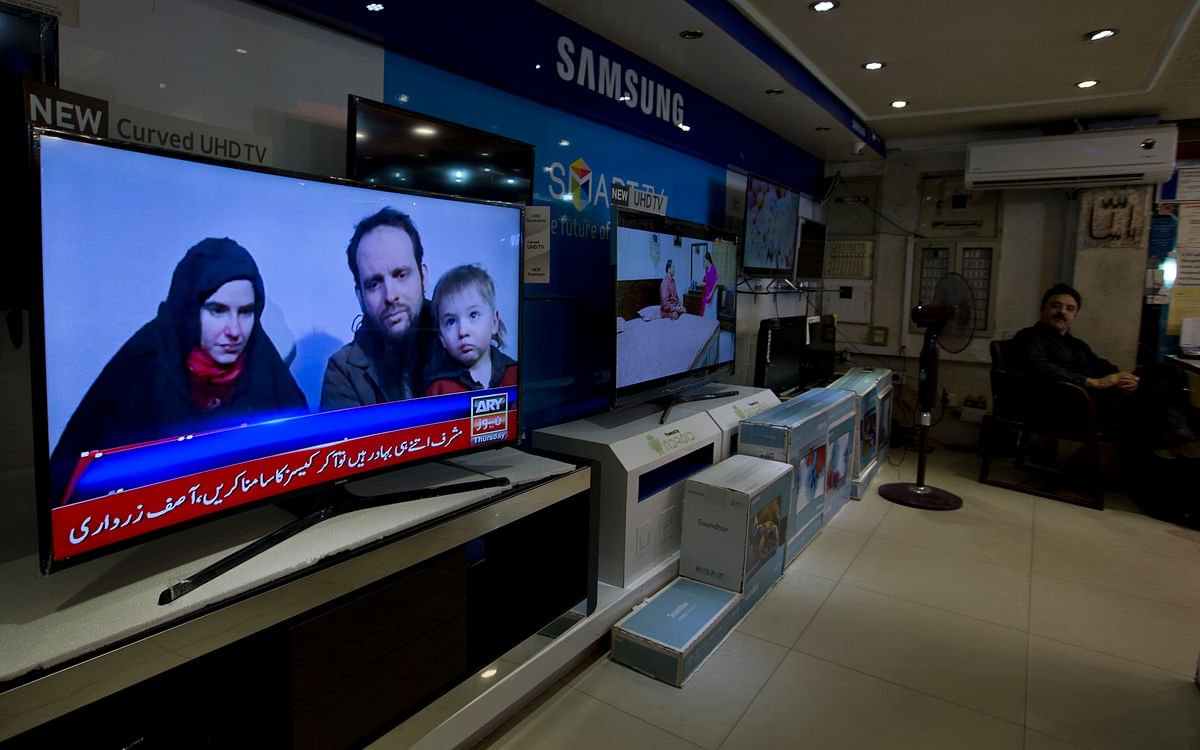 A Pakistani channel broadcasts a report about the western couple, seen at a local electronic shop in Islamabad, Pakistan.