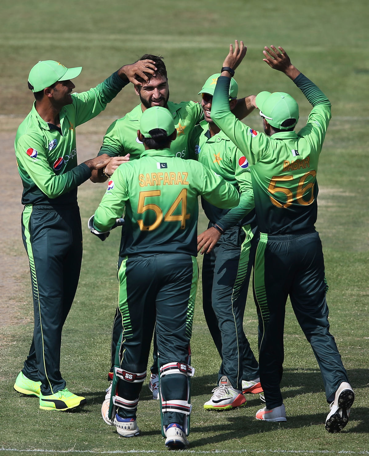 Pakistan's Usman Khan Shinwari celebrates the dismissal of Sri Lanka's Sadeera Samarawickrama with his teammates during their fifth ODI.<a></a>