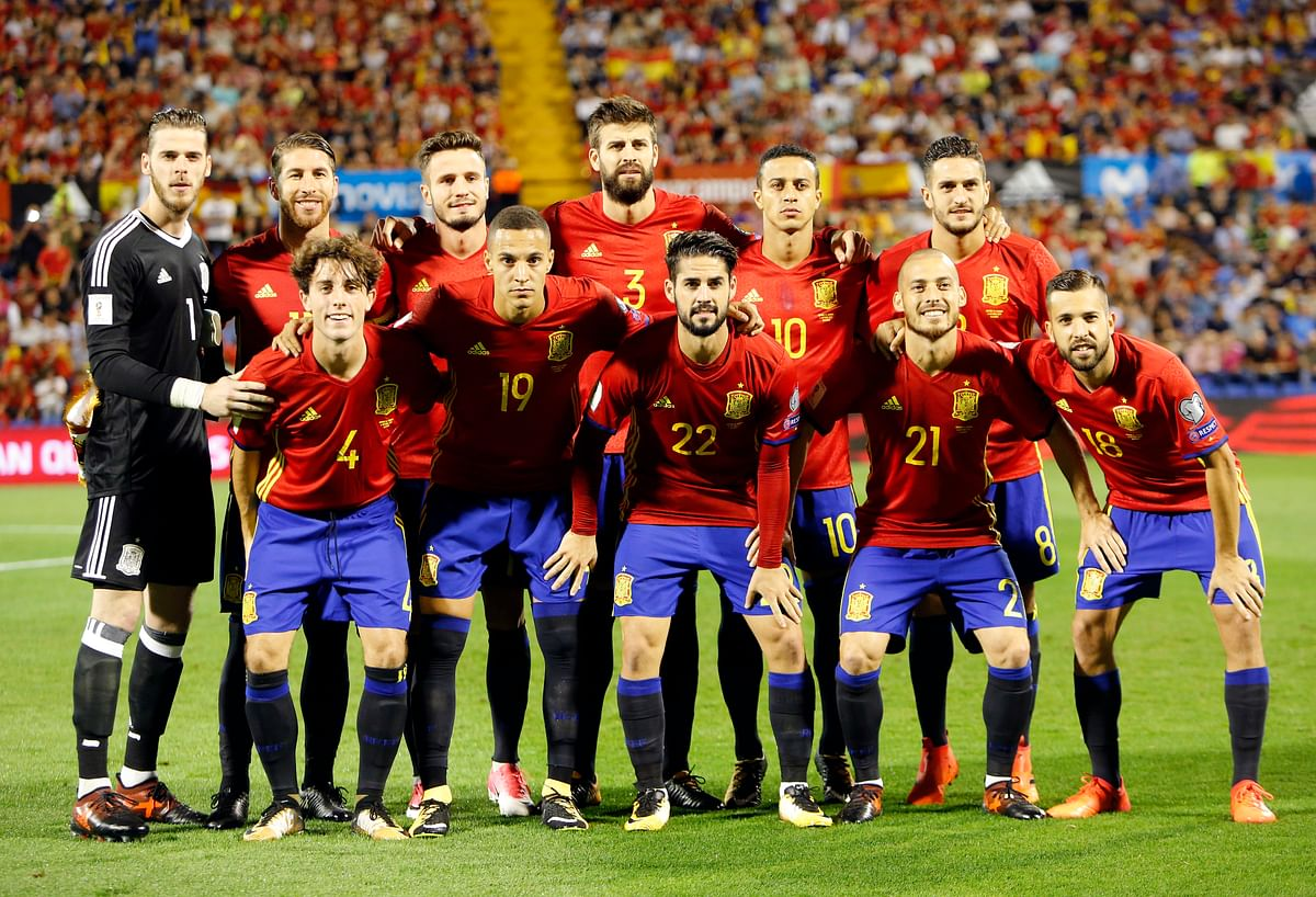 Spain players pose before the World Cup Group G qualifying soccer match between Spain and Albania at the Rico Perez stadium in Alicante, Spain, Friday, Oct. 6, 2017.