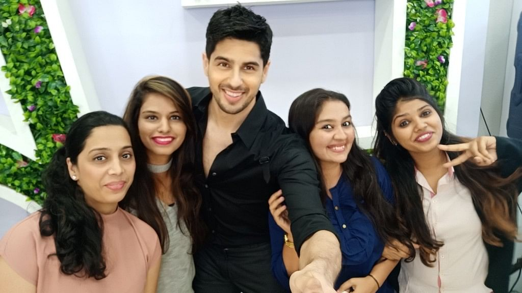 Sidharth Malhotra and OPPO users clicking selfies with OPPO F5.