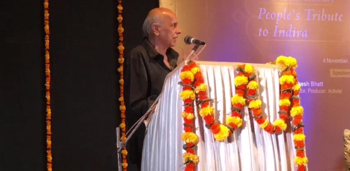 Mahesh Bhatt speaking at <i>People's Tribute to Indira.</i>