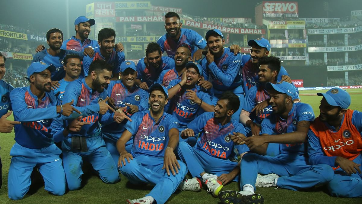 The team sits down with Nehra to celebrate the win.
