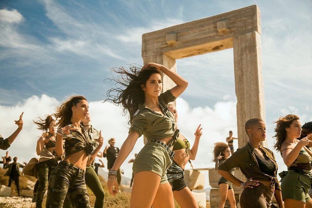 Katrina dances in <i>Swag Se Swagat.</i>