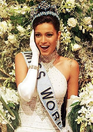 Diana Hayden being crowned Miss World in 1997.
