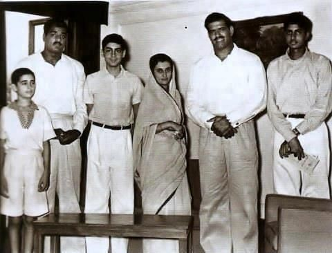 A rare picture from 1960s (From L to R): Sanjay Gandhi, Dara Singh's brother, Rajiv Gandhi, Indira Gandhi, Dara Singh and Amitabh Bachchan.
